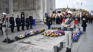 Des soldats se tiennent près de la tombe du soldat inconnu, sous l'Arc de triomphe à Paris, le 11 novembre 2016. (STEPHANE DE SAKUTIN / POOL / AFP)