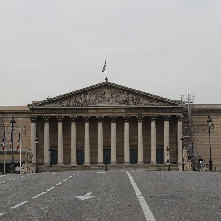 Le pont de la Concorde qui mène à l'Assemblée nationale est désert, le 17 mars 2020, à Paris. (LUDOVIC MARIN / AFP)
