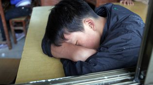 Un élève chinois, dans le province du Guizhou, en juillet 2012. (GUILLAUME BONNEFONT / MAXPPP)