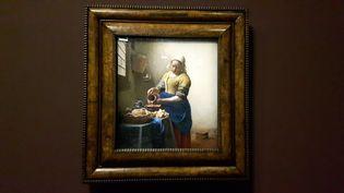 """""""La Laitière""""de Vermeer exposée au musée du Louvre du 22 février au 22 mai 2017. (RADIO FRANCE / Anne Chépeau)"""
