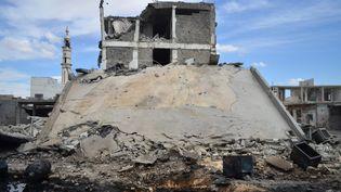 Un immeuble détruit à Homs (Syrie) après des frappes aériennes russes, le 30 septembre 2015. (MAHMOUD TAHA / AFP)