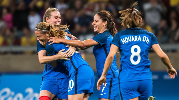 Les Bleues célèbrent le but de Camille Abily  (GUSTAVO ANDRADE / AFP)