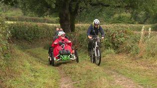 Ancienne éducatrice sportive, Cathy Hédieux est paraplégique depuisune vingtaine d'années.À bord de son fauteuil tout-terrain, elle a décidé de parcourir le Morvan et répertorier les difficultés pour avertir les personnes souhaitant réaliser ce parcours. (CAPTURE ECRAN FRANCE 3)