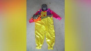 Le déguisement de clown, le masque et la tronçonneuse récupérés par la gendarmerie à Landéhen (Côtes-d'Armor), dans la nuit du 8 au 9 avril 2017. (GENDARMERIE DE LAMBALLE)