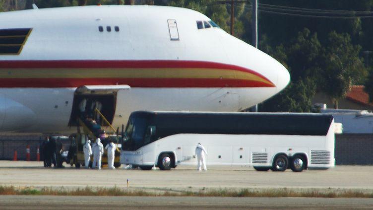 Du personnel médical attend les passagers américains évacués de la ville chinoise de Wuhan, le 29 janvier 2020, sur la base militaire de Riverside (Californie). (MATT HARTMAN / AFP)