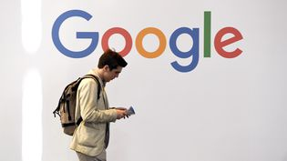 Un homme devant le logo Google. (ALAIN JOCARD / AFP)