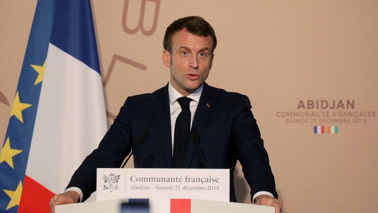 Le président de la République Emmanuel Macron lors d'un discours à l'ambassade de France à Abidjan (Côte d'Ivoire), le 21 décembre 2019. (LUDOVIC MARIN / AFP)