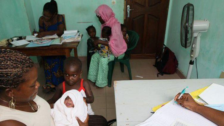 Consultation dans un dispensaire, qui traite des malades atteints du sida, à Lomé, au Togo, le 20 août 2012. (AFP - GODONG - BSIP)
