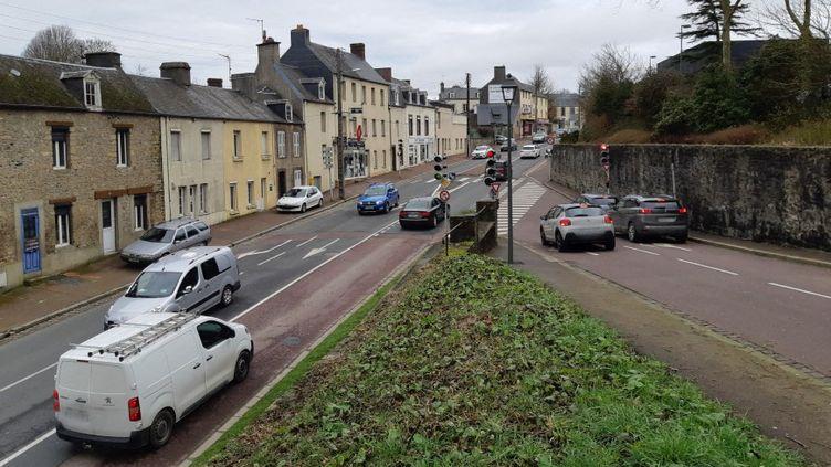 Trafic routiersur le boulevard Alsace-Lorraine de Coutances (Normandie). (LUCIE THUILLET / RADIOFRANCE)