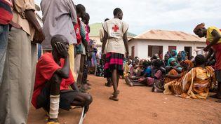 Hommes, femmes et enfants attendent d'être enregistrés en tant que personnes déplacées dans un complexe de la Croix-Rouge à Wau, au Soudan du Sud, le 1er juillet 2016. (CHARLES LOMODONG / AFP)
