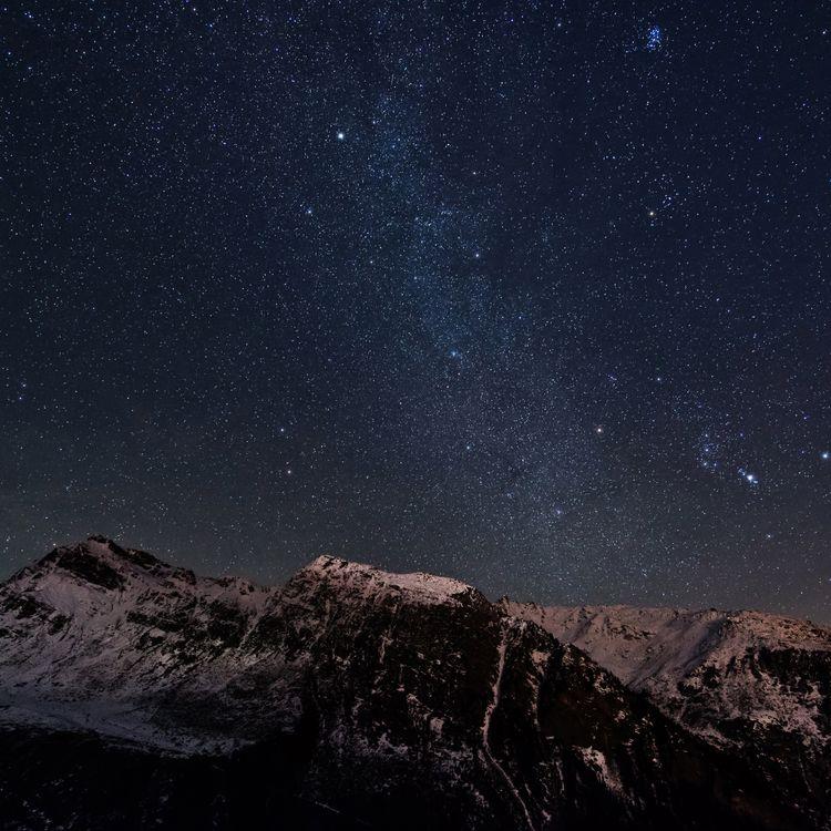 Un ciel étoilé au-dessus des Alpes, en France, le 23 décembre 2014. (SEBASTIAN VOLTMER / AFP)