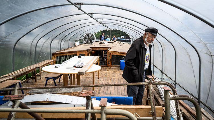 Des bénévoles s'occupent de la restauration de l'Aster le 7 août 2019. (JEAN-PHILIPPE KSIAZEK / AFP)