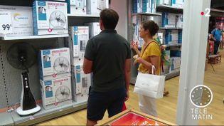 Des clients dans un magasin à Marseille, pour acheter un ventilateur. (France 2)