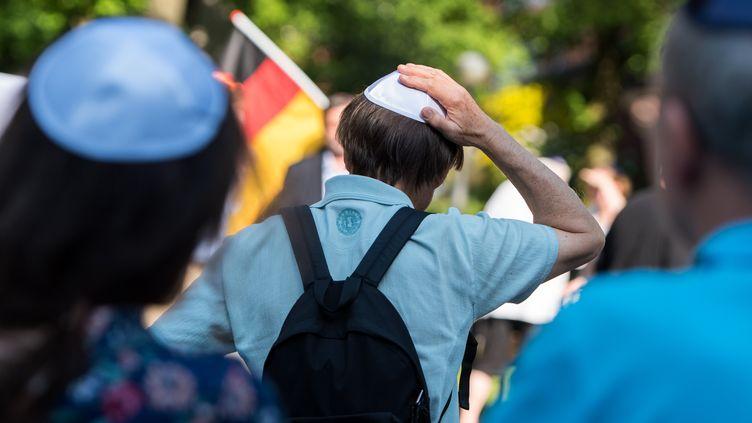 """Un homme participe à une marche contre l'antisémitisme, lors de la """"journée de la kippa"""", le 14 mai 2018, à Hambourg (Allemagne). (DANIEL BOCKWOLDT / DPA / AFP)"""