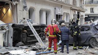 Une femme est évacuée par les pompiers après l'explosion rue de Trévise, le 12 janvier 2018. (THOMAS SAMSON / AFP)