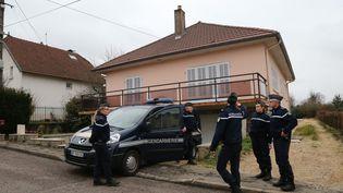 Des gendarmes montent la garde devant le domicile de Jonathann Daval, le 29 janvier 2018, à Gray-la-Ville (Haute-Saône), lors d'une perquisition. (MAXPPP)
