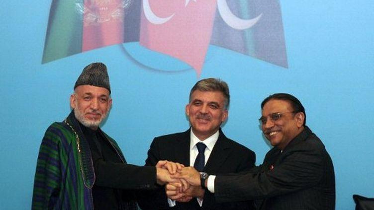 Le President turque Abdullah Gul (Centre), le Pakistanais Asif Ali Zardari (Droite) et l'Afghan Hamid Karzai (Gauche). (MUSTAFA OZER / AFP)