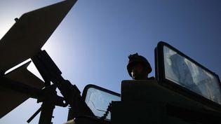 La silhouette d'un agent de sécurité afghan est visible à un poste de contrôle à Jalalabad, en Afghanistan, le 23 juin 2021. Photo d'illustration. (GHULAMULLAH HABIBI / EPA)