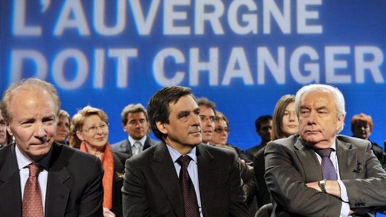 Brice Hortefeux (g), François Fillon (c) et Alain Marleix (d), lors d'un meeting à Cournon-d'Auvergne, le 08 mars 2010. (AFP - Thierry Zoccolan)