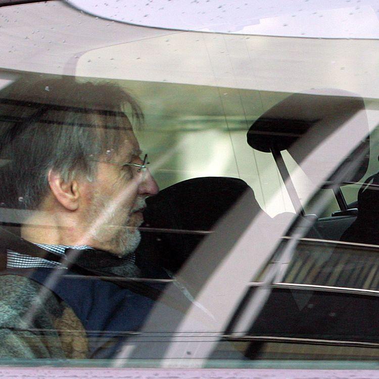 Michel Fourniret, le 27 mai 2008, quitte le palais de justice deCharleville-Mézières, après son procès devant la cour d'assises des Ardennes. (AFP)