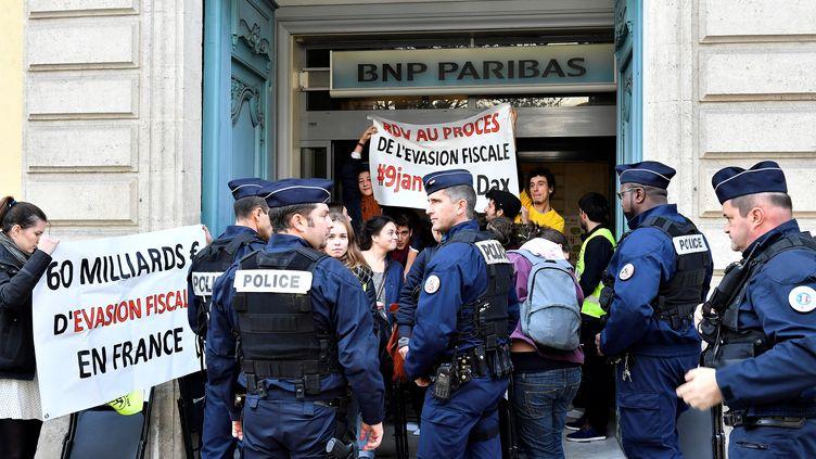 Des manifestants altermondialistes manifestent devant la banque BNP Paribas, en novembre 2016, à Bordeaux. (GEORGES GOBET / AFP)