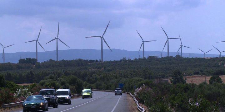 Les collines du centre de la Sardaigne abritent des éoliennes. (Kilian Fichou, Giovanni Grezzi, Ella Ide / AFPTV / AFP)