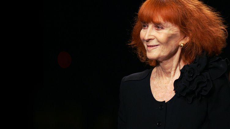 La créatrice Sonia Rykiel en octobre 2005 à Paris au final de la présentation de la collection printemps-été 2006 (FRANCOIS GUILLOT / AFP)
