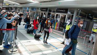 Des voyageurs dans la gare ferroviaire de Naples, en Campanie (Italie), le 4 mai 2020. (ELIANO IMPERATO / CONTROLUCE / AFP)