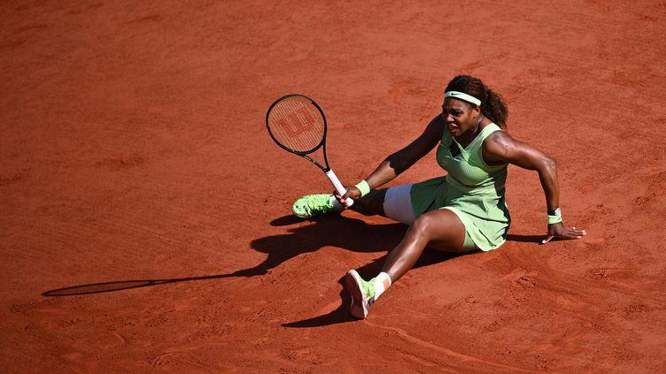 Serena Williams est tombée dès les huitièmes de finale de Roland-Garros, dimanche 6 juin 2021. (ANNE-CHRISTINE POUJOULAT / AFP)