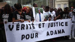 """Des proches d'Adama Traoré réclament """"vérité et justice"""", le 30 juillet 2016, devant la gare du Nord à Paris, après la mort du jeune homme le 19 juillet. (CITIZENSIDE / ANTHONY DEPERRAZ / AFP)"""