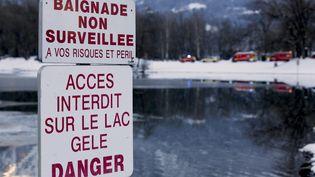 Un panneau interdit l'accès au lac de Thyez (Haute-Savoie), le 9 février 2015. (  MAXPPP)