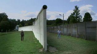 En Allemagne, où le pays s'apprête à commémorer la chute du mur de Berlin ( le 9 novembre 1989). Reportage dans le petit village de Modlareuth, traversé par le rideau de fer qui a séparé des familles pendant plusieurs décennies. (France 2)
