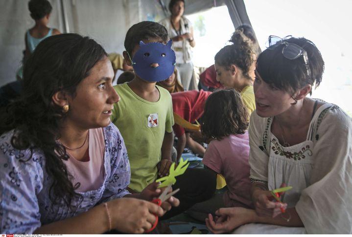 Lena Headey lors d'une rencontre avec de jeunes syriens, le 30 juin 2016, aucamp de réfugiés deCherso, au nord de la Grèce. (TARA TODRAS-WHITEHILL / AP / SIPA)