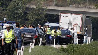 La police inspecte le camion réfrigéré où les corps de plus de 70 migrants ont été découverts, jeudi 27 août, sur une autoroute en Autriche. (DIETER NAGL / AFP)