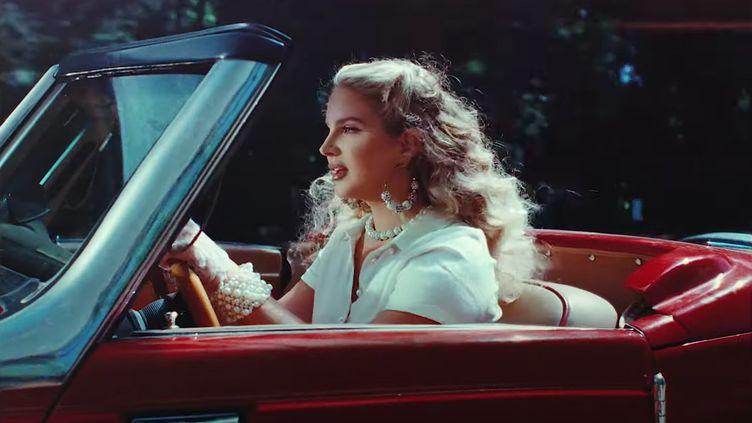"""Lana Del Rey dans le clip de """"Chemtrails Over The Country Club"""" (janvier 2020). (SAISIE ECRAN YOUTUBE)"""
