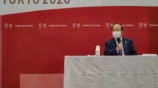 Toshiro Muto, directeur général de Tokyo 2020, lors d'une conférence de presse organisée à Tokyo, lundi 26 avril. (NICOLAS DATICHE / POOL)