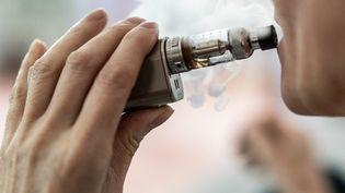 Une femme fumant sa cigarette électronique à Bouzic (Dordogne), le 6 juin 2019. (GARO / PHANIE)