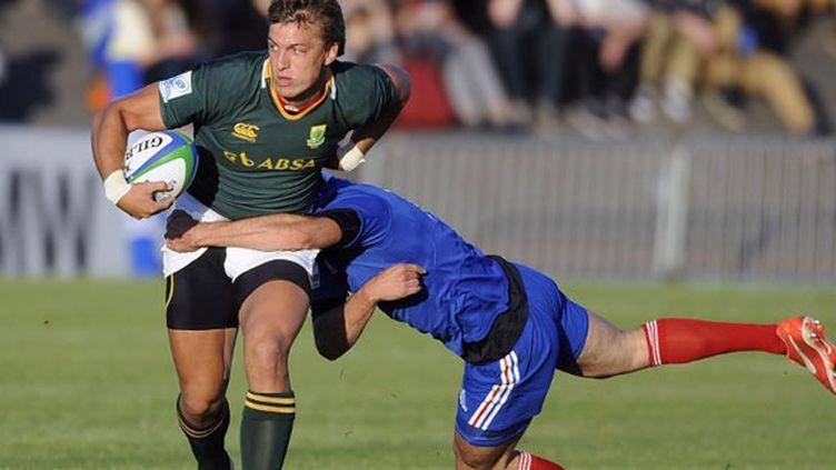 Le Sud-Africain Handre Pollard échappe au Français Enzo Selponi