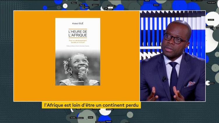 Khaled Igué et son livre (FRANCEINFO)
