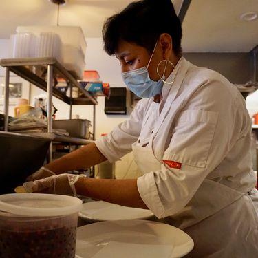 La cheffe Cristina Martinez prépare des tacos dans son restaurant Casa Mexico, à Philadelphie (Pennsylvanie), le 22 octobre 2020. (MARIE-VIOLETTE BERNARD / FRANCEINFO)