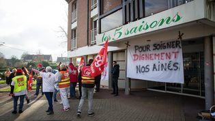 """Le personnel de l'Ehpad """"Les 5 saisons"""" manifeste pour protester contre le manque de moyens,vendredi 26 janvier 2018 à Hénin-Beaumont (Pas-de-Calais) (MAXPPP)"""