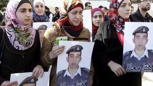 L'épouse (au centre) du pilote jordanien capturé par l'Etat islamique participe à une manifestation pour la libération de so époux, le 3 février 2015 à Amman (Jordanie). (KHALIL MAZRAAWI / AFP)