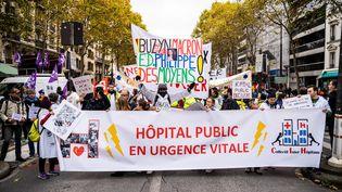 Des personnes manifestent pour exiger davantage de moyens et d'effectifs pour les hôpitaux publics, le 14 novembre 2019 à Paris. (XOSE BOUZAS / HANS LUCAS / AFP)