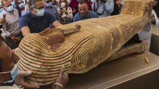 Une soixantaine de sarcophages comme celui-ci ont été trouvés dansla nécropole de Saqqara. (KHALED DESOUKI / AFP)