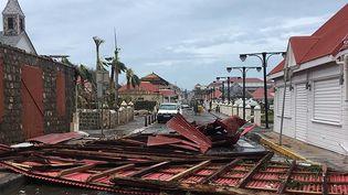 Une toiture est en travers de la route, jeudi 7 septembre, àGustavia sur l'île de Saint-Barthélemy. (KEVIN BARRALLON / FACEBOOK / AFP)