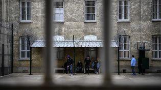 Des patients détenus dans l'hôpital pénitentiaire de Fresnes, le 25 novembre 2020. (CHRISTOPHE ARCHAMBAULT / AFP)