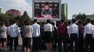 Des Nord-Coréens regardent le dirigeantKim Jong-un sur un écran télévisé sur une place de Pyongyang, le 22 septembre 2017. (ED JONES / AFP)