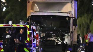 Le camion qui a foncé sur la foule lors de l'attentat survenu le 14 juillet 2016 à Nice (Alpes-Maritimes). (VALERY HACHE / AFP)