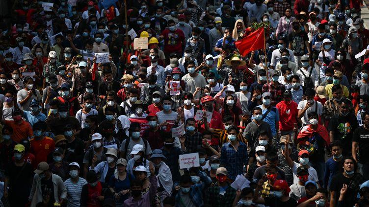 Des manifestants dénoncant le coup d'Etat militaire à Rangoun (Birmanie), le 7 février 2021. (YE AUNG THU / AFP)