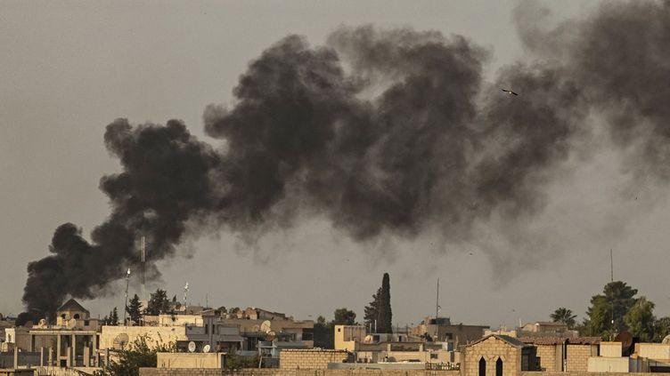 Des frappes aériennes et des explosions ont été signalées le long de la frontière entre la Turquie et la Syrie, le 9 octobre 2019. (DELIL SOULEIMAN / AFP)